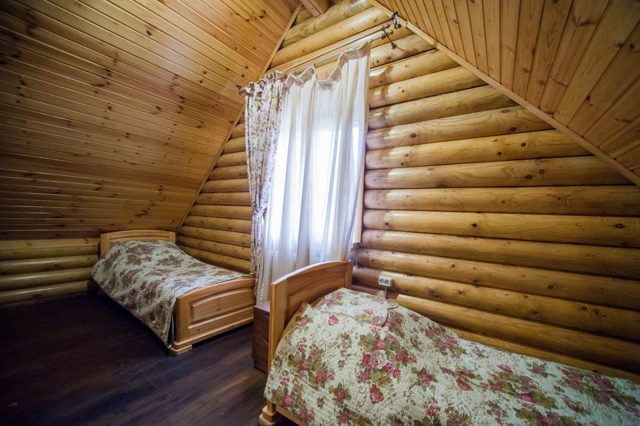 Помимо отдельно стоящих домов на территории находится гостиничный комплекс на 56 мест.