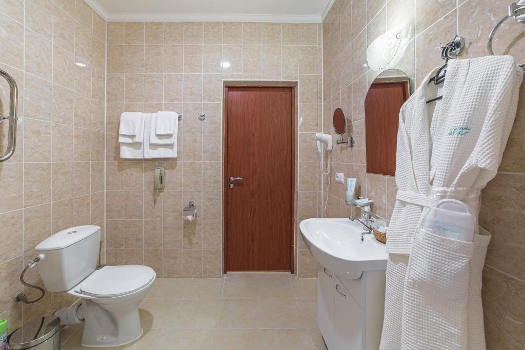 Парк-отель «Лазурный берег» Краснодарский край Люкс Улучшенный 2-комнатный , фото 7
