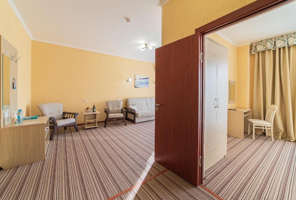 Парк-отель «Лазурный берег» Краснодарский край Люкс Улучшенный 2-комнатный , фото 2