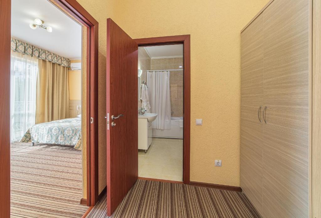Парк-отель «Лазурный берег» Краснодарский край Люкс Улучшенный 2-комнатный , фото 5