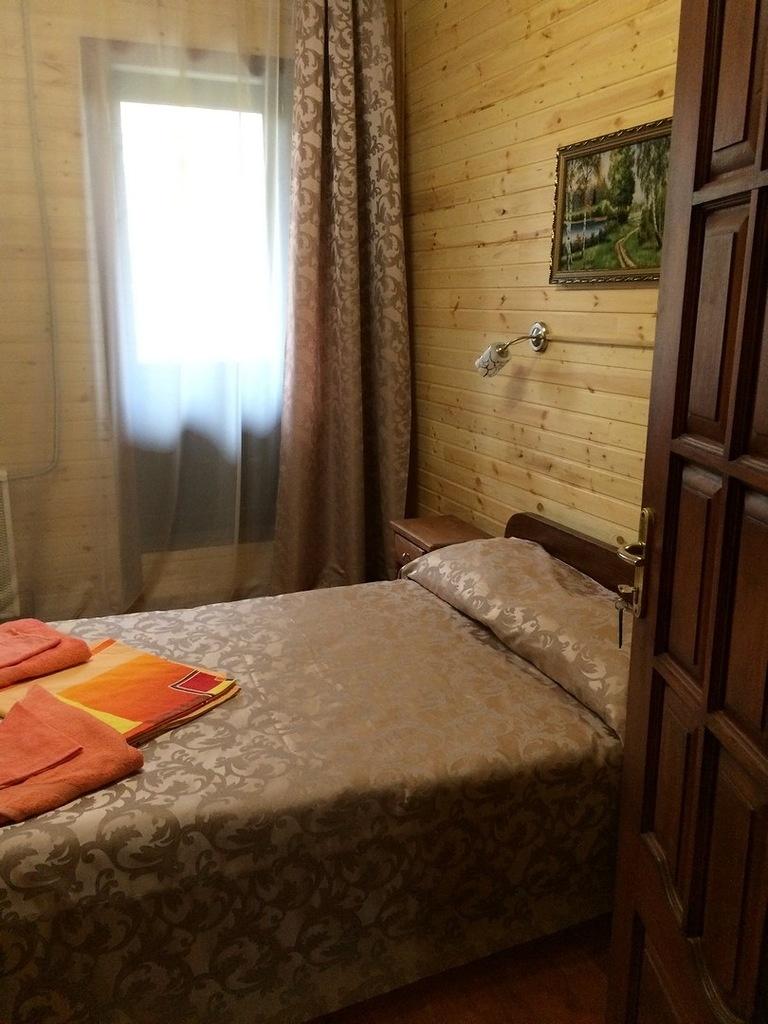 Турбаза «Чусовая» Свердловская область Номер «Комфорт» (двуспальная кровать+балкон) корпус «Часовой», фото 1
