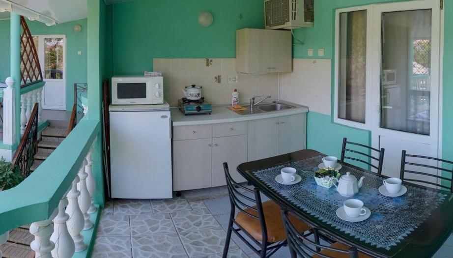 Гостевой дом «Бирюза» Республика Крым Трехместная комната 2-й этаж (с доп.местом), фото 5